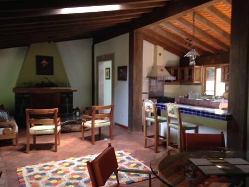 Cabaña Rustica: Salas de estilo rústico por MVarquitectos