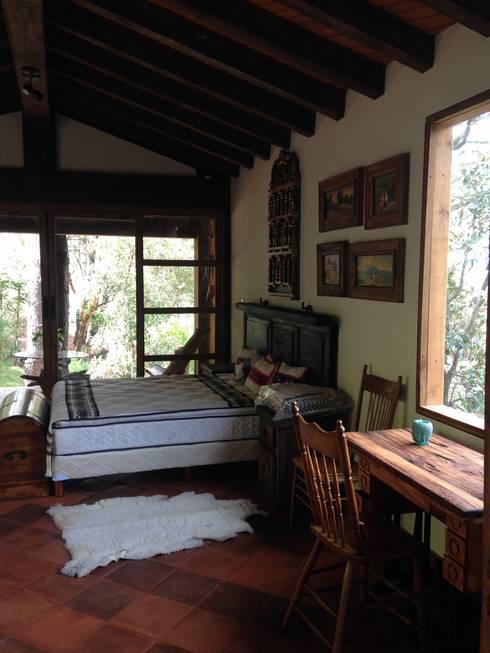 Cabaña Rustica: Recámaras de estilo rústico por MVarquitectos