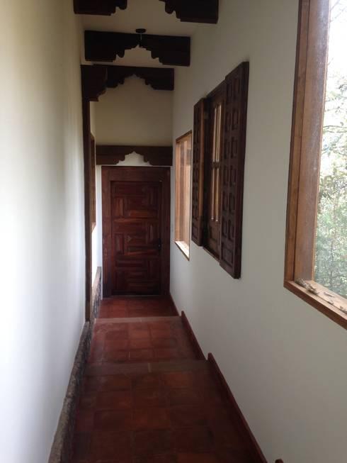 Cabaña Rustica: Pasillos y recibidores de estilo  por MVarquitectos