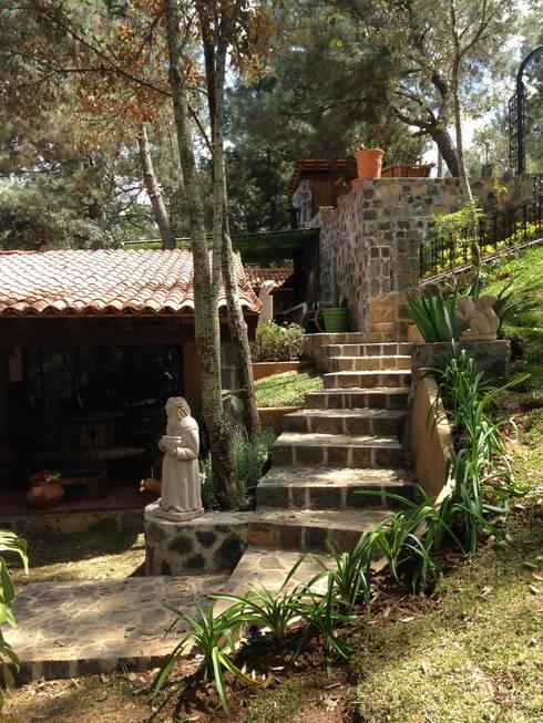 Cabaña Rustica: Jardines de estilo rústico por MVarquitectos
