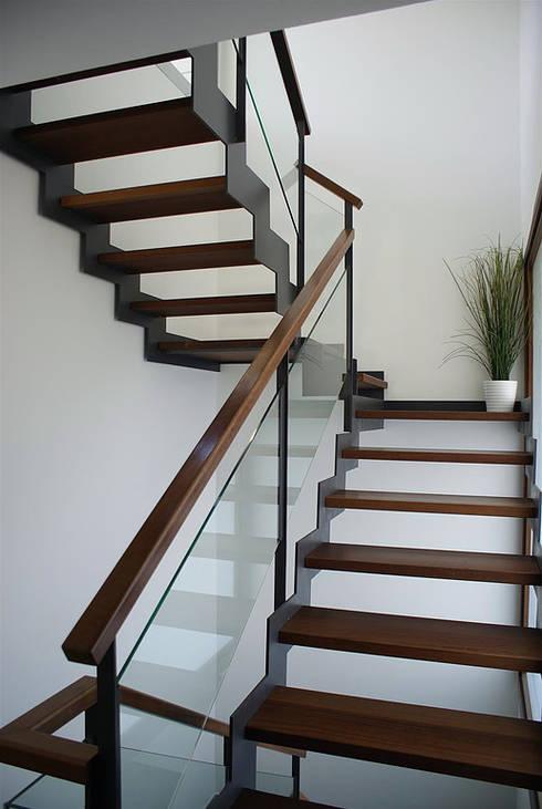 Casa R: Pasillos y vestíbulos de estilo  de DDV Arquitectura