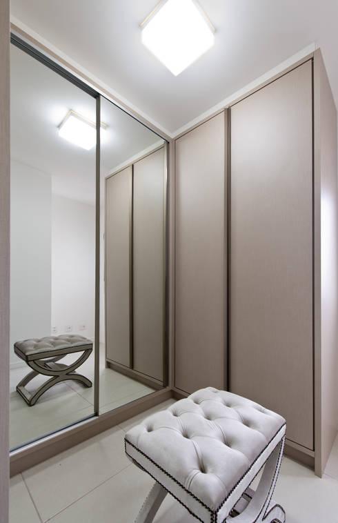 Projekty,  Garderoba zaprojektowane przez Mendonça Pinheiro Interiores