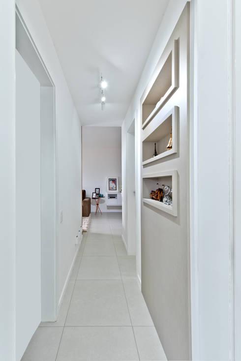 Corridor & hallway by Mendonça Pinheiro Interiores