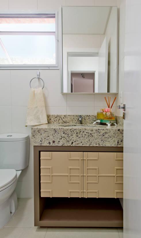 Bathroom by Mendonça Pinheiro Interiores
