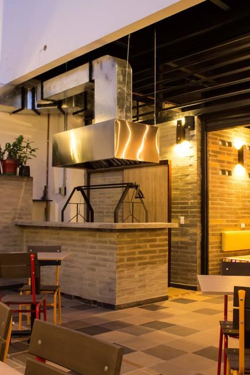 PARRILLA - ESPACIO POSTERIOR: Locales gastronómicos de estilo  por Ensamble de Arquitectura Integral