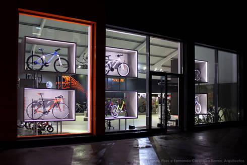MegaConcept Store da KTM Bike Industries / Bicicletas Coelho: Garagens e arrecadações modernas por FIAR