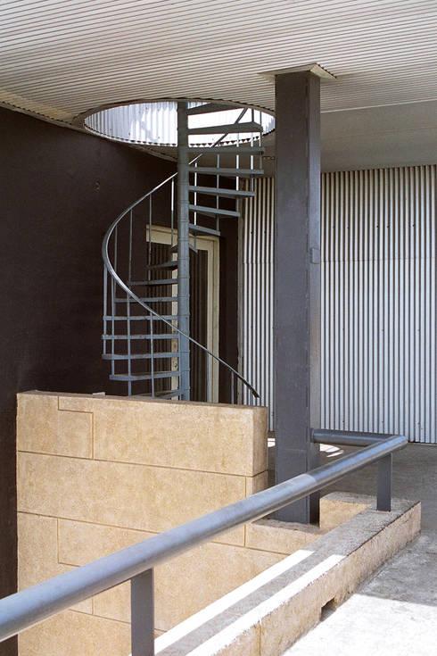 Pasillos y vestíbulos de estilo  por DCOOP ARCHITECTS