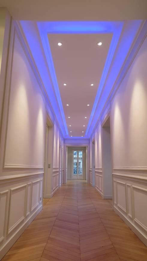 Hall et dégagement vers la suite parentale: Couloir et hall d'entrée de style  par Philippe Ponceblanc Architecte d'intérieur