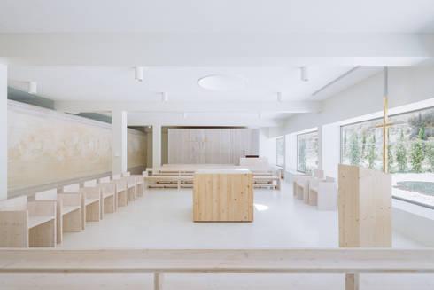 Capela: Salas de estar minimalistas por Site Specific