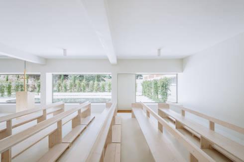 Capela Jesus Mestre: Salas de estar minimalistas por Site Specific