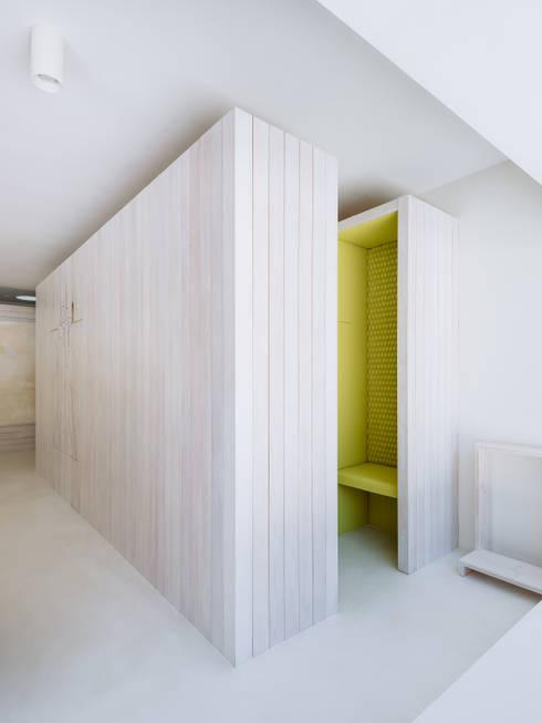 Confessionário: Salas de estar minimalistas por Site Specific