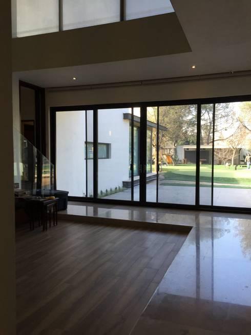 Corridor & hallway by Diez y Nueve Grados Arquitectos