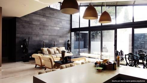 Cocina y sala: Cocinas de estilo ecléctico por Diez y Nueve Grados Arquitectos