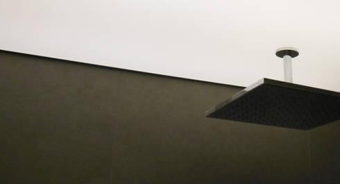 Apartamento : Casas de banho modernas por Poliune