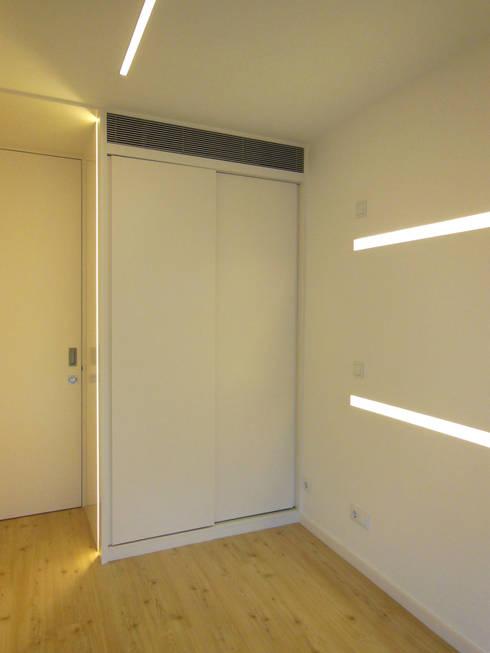Apartamento : Quartos modernos por Poliune