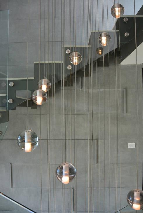 Casa Bosque de Niebla : Pasillos y recibidores de estilo  por BCA taller de diseño