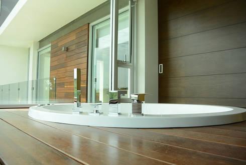 Casa Bosque de Niebla : Baños de estilo  por BCA taller de diseño