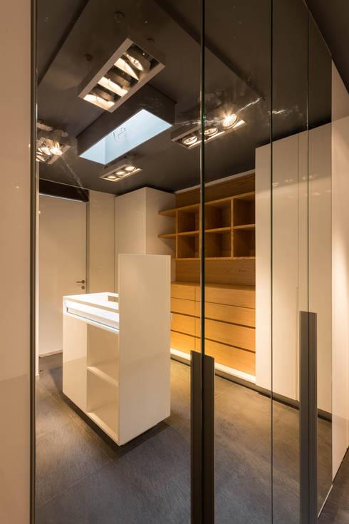 Casa la Reserva las Animas : Vestidores y closets de estilo moderno por BCA taller de diseño