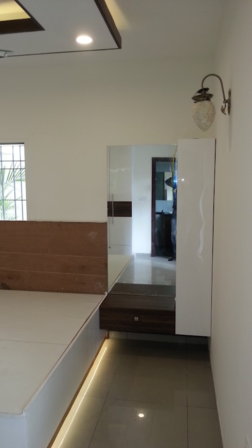 Mr. and Mrs. Raghu House at Shoba Forest view :  Bedroom by Blue Interiors