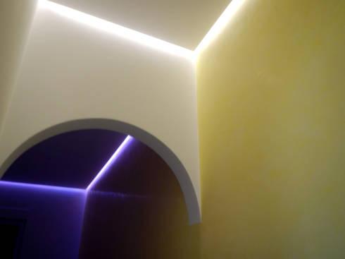 Estuque Veneziano: Quartos modernos por RenoBuild Algarve