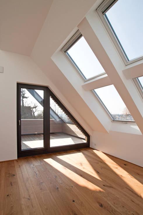 Dachgeschoss: moderne Schlafzimmer von SIGRUN GERST ARCHITEKTUR