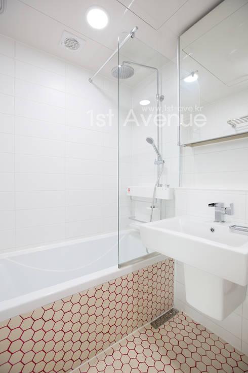 감각적인 패턴과 감성이 있는 인테리어 : 퍼스트애비뉴의  욕실