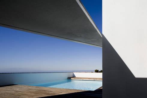 Habitação Unifamiliar no Murtal, Parede: Piscinas modernas por Cândido Chuva Gomes - Arquitectos, Lda