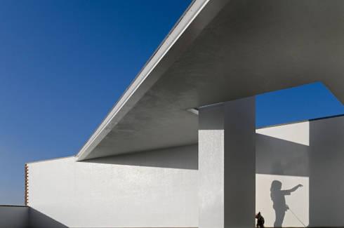 Habitação Unifamiliar no Murtal, Parede: Terraços  por Cândido Chuva Gomes - Arquitectos, Lda