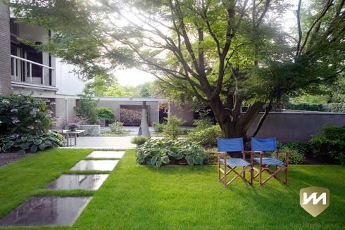 Eigentijdse tuin met zwembad en hoogteverschillen von van mierlo