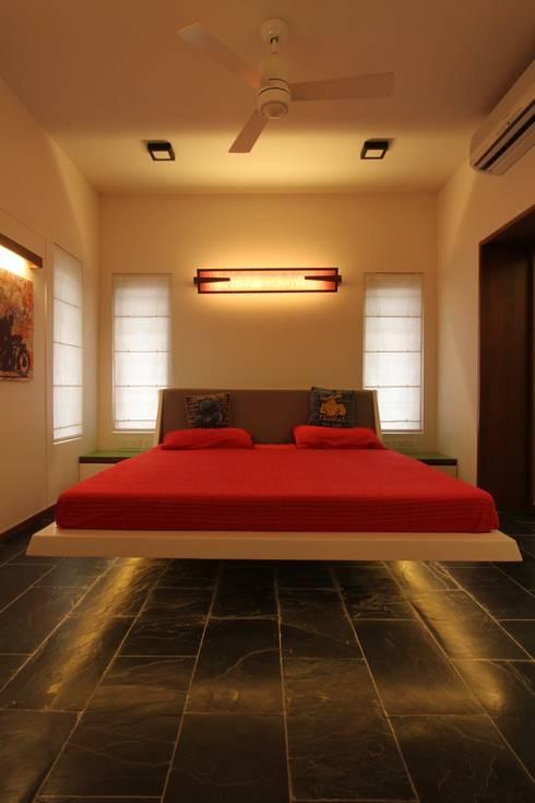Mr. Harsh Patel Residance: classic Bedroom by U design studio
