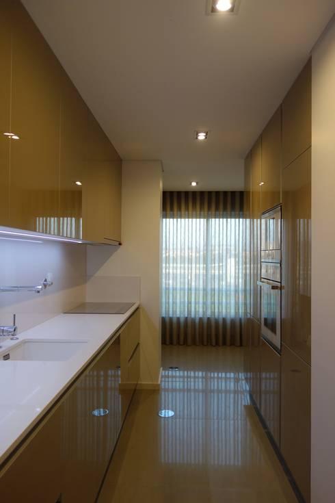 Cozinha em apartamento: Cozinhas modernas por Grupo Emme Cozinhas