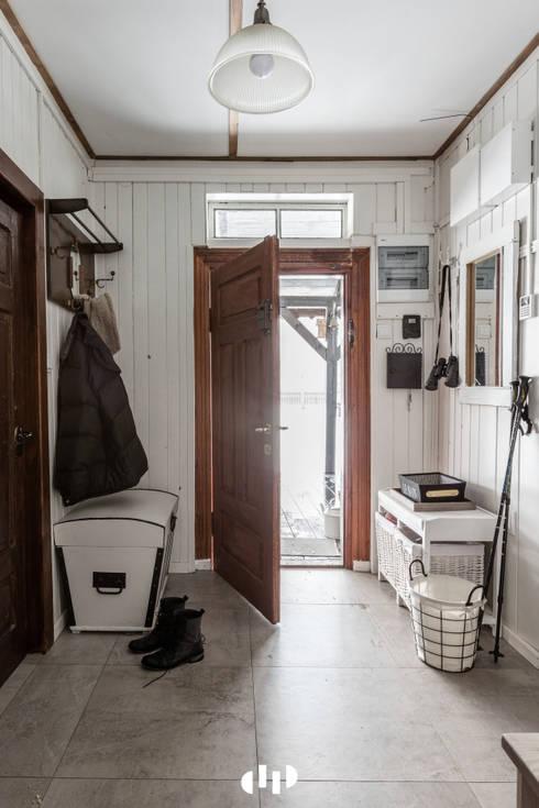 Pasillos y recibidores de estilo  por dziurdziaprojekt