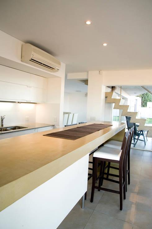 Cocina: Cocinas de estilo  por Poggi Schmit Arquitectura