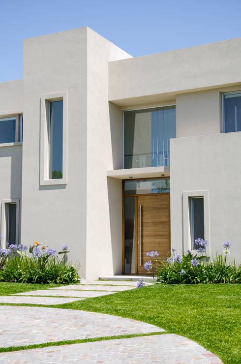 Moderna integridad de parrado arquitectura homify for Frentes de casas pintadas