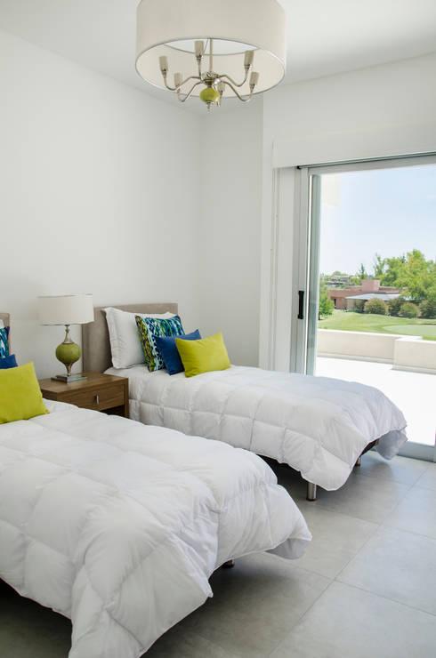 Dormitorios de estilo  por Parrado Arquitectura