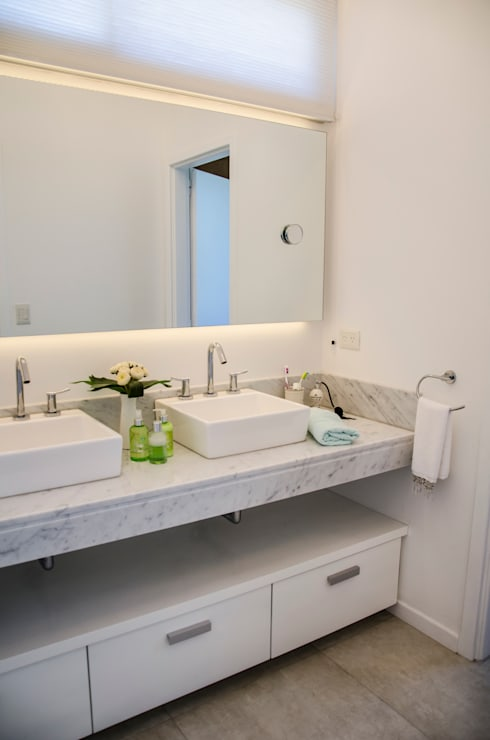 Moderna integridad: Baños de estilo  por Parrado Arquitectura