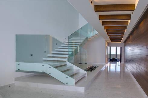 Pent-house LAHIA: Pasillos y recibidores de estilo  por Art.chitecture, Taller de Arquitectura e Interiorismo 📍 Cancún, México.