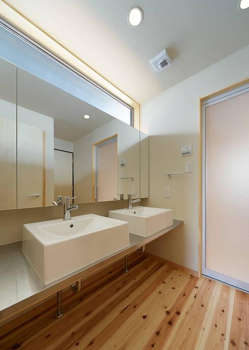 Baños de estilo ecléctico por coil松村一輝建設計事務所