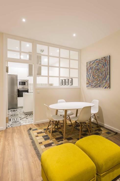 Reforma vivienda en zona ensache A Coruña: Comedores de estilo moderno de GESTION INTEGRAL DE PROYECTOS DEL NOROESTE S.L. - GESPRONOR
