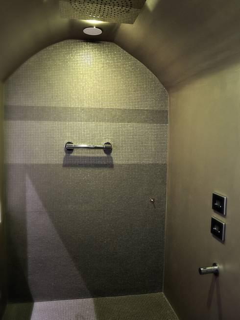 CASA DL: Bagno in stile in stile Moderno di Nau Architetti