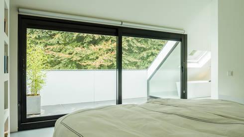 Verbouwing zolder tot luxe slaapkamer met open badkamer studie en loggia met zicht op het bos - Slaapkamer met kleedkamer en badkamer ...