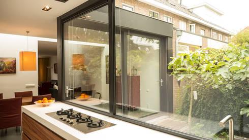Luxe smalle aanbouw met keuken pal op het zuiden, aluminium ...