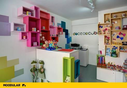 Moodular – Loja Doce ao Cubo: Lojas e espaços comerciais  por MOODULAR