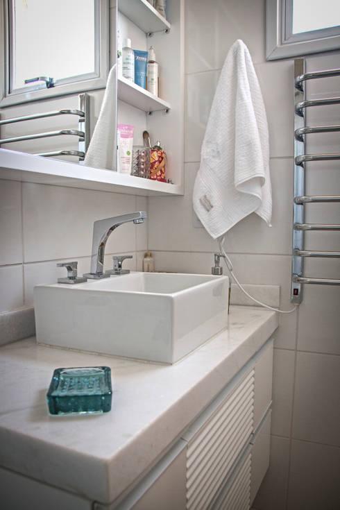Apartamento Mnl: Banheiros  por canatelli arquitetura e design