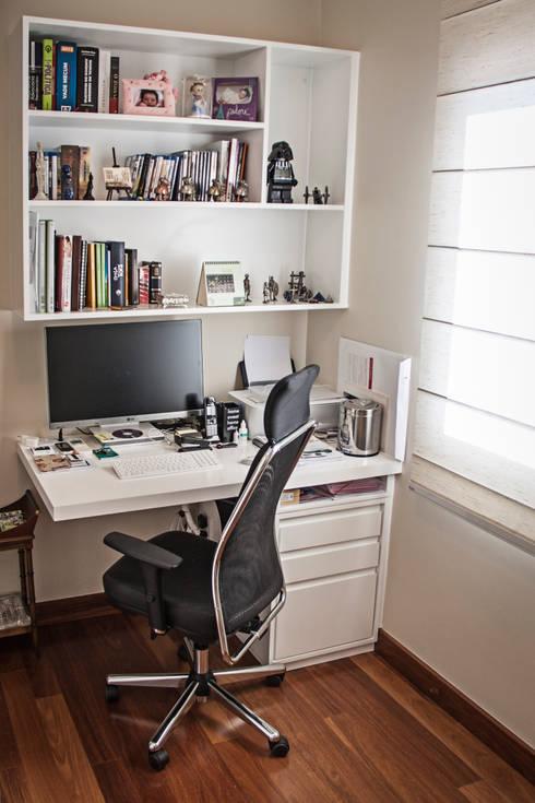 Apartamento Mnl: Escritórios  por canatelli arquitetura e design