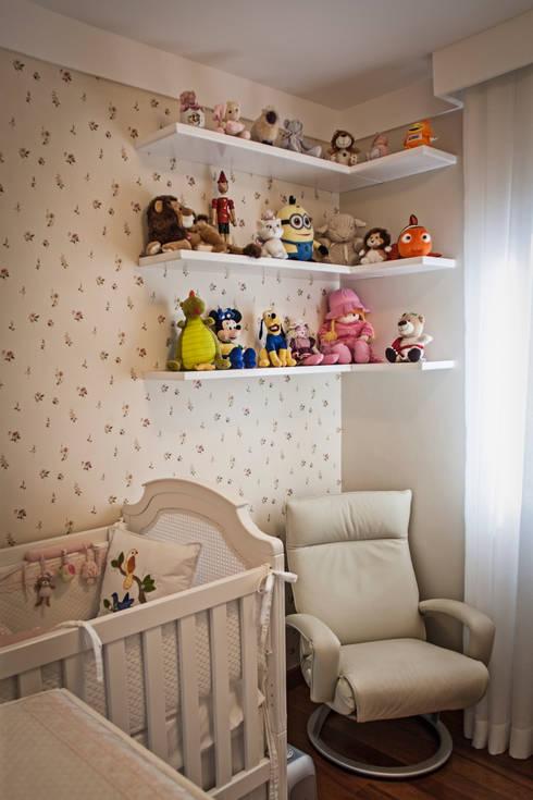 Apartamento Mnl: Quarto infantil  por canatelli arquitetura e design