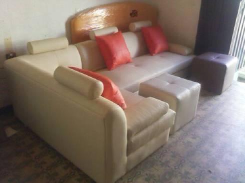 sofa lineal moderno: Hogar de estilo  por MUEBLES DOXA