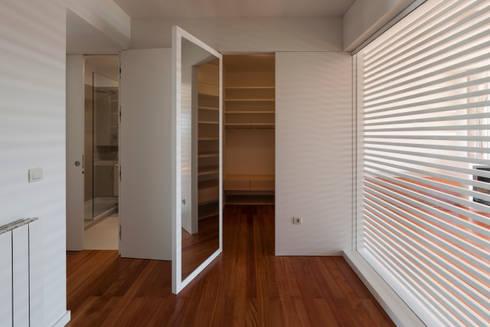 Interior do quarto novo - closet: Closets modernos por ABPROJECTOS