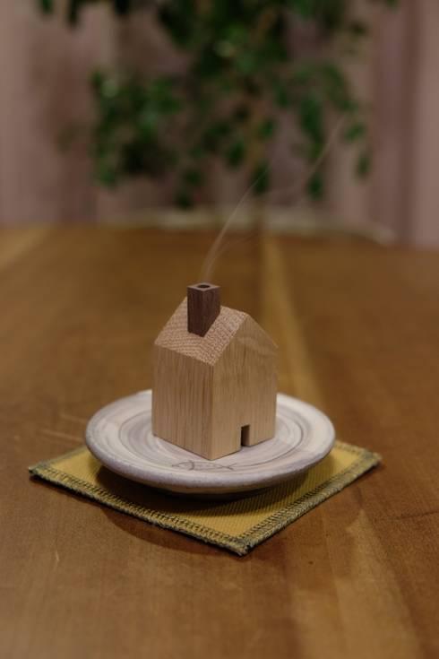 木の家の香炉: 木工房やまめ屋が手掛けたリビングルームです。