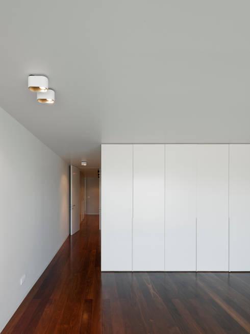Apartamento na Foz do Douro: Quartos modernos por ABPROJECTOS